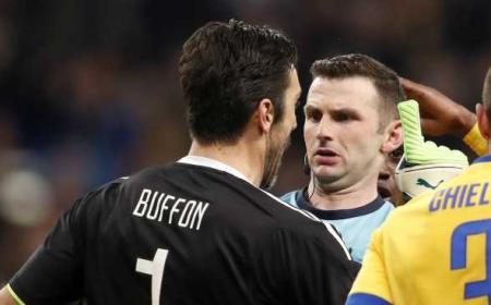 Buffon e arbitro Oliver Foto Football3651