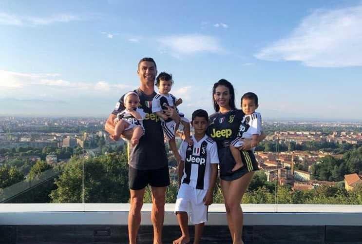 Cristiano Ronaldo e famiglia maglia Juve Instagram personale