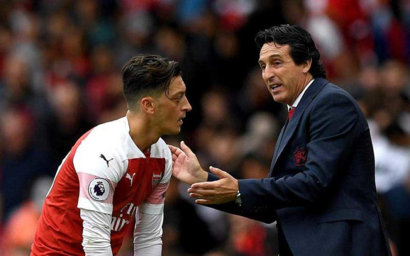Emery e Ozil Arsenal Foto Standard