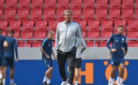 Na snímke tréner slovenskej futbalovej reprezentácie Ján Kozák poèas tréningu pred zajtrajším zápasom 1. skupiny B-divízie Ligy národov medzi Slovenskom a Èeskom 12. októbra 2018 v Trnave. FOTO TASR - LukᚠGrinaj