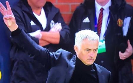 Mourinho tre dita vs Juventus Foto screenshot Twitter