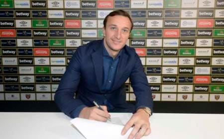 Mark Noble of West Ham United signs a contract extension at Rush Green Training Ground, December 11th, 2018 in London, England. (Photo by James Griffiths/West Ham United)
