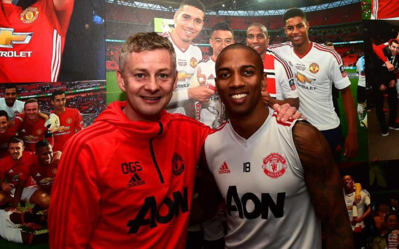 Ashley Young rinnovo 2020 Manchester United Twitter