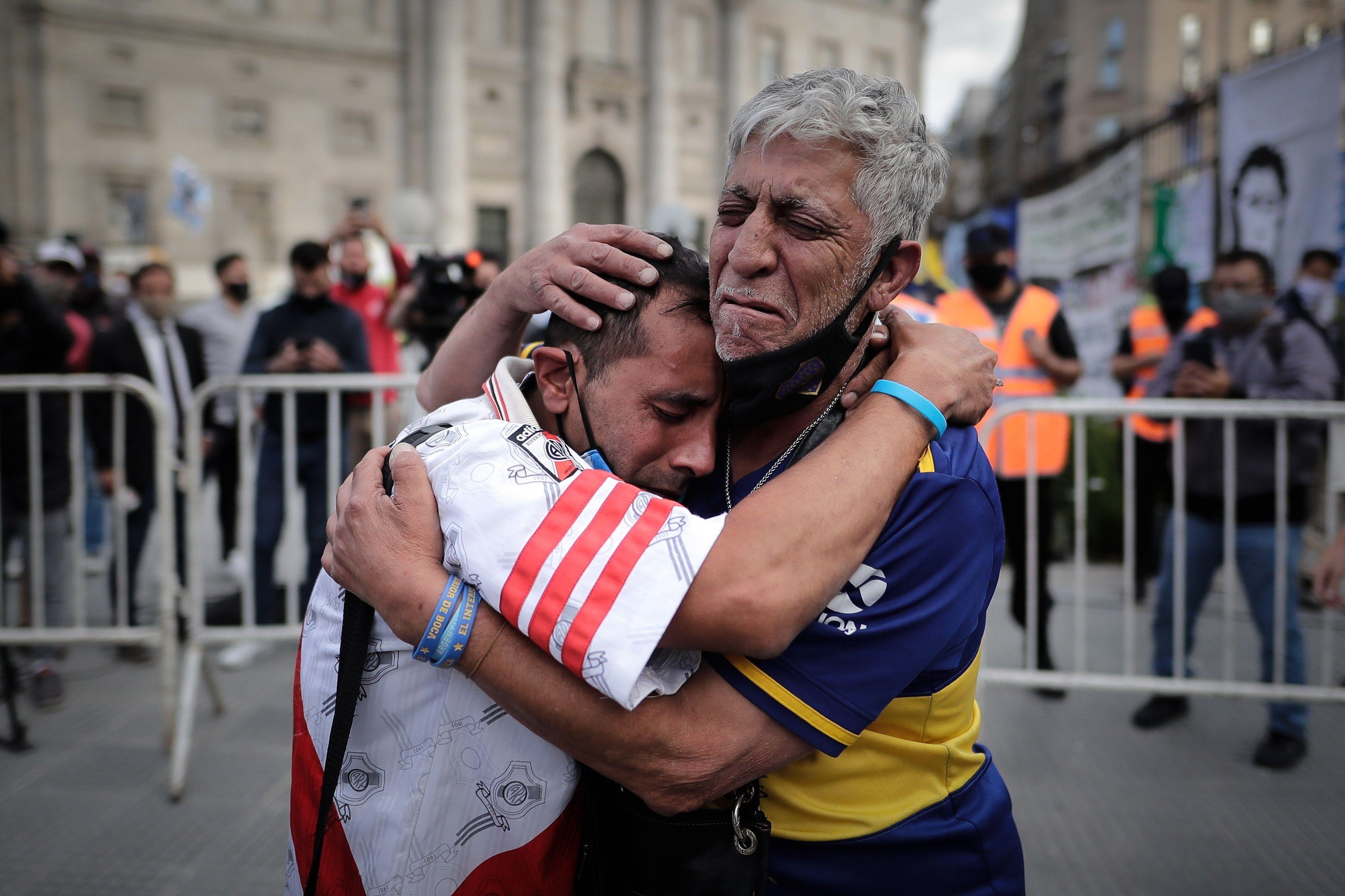 Morte Maradona, tifosi di Boca Juniors e River Plate piangono insieme per la scomparsa di Diego