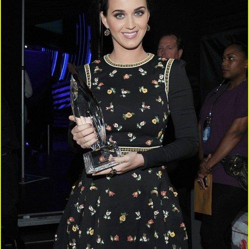 katy-perry-peoples-choice-awards-2013-winner-07