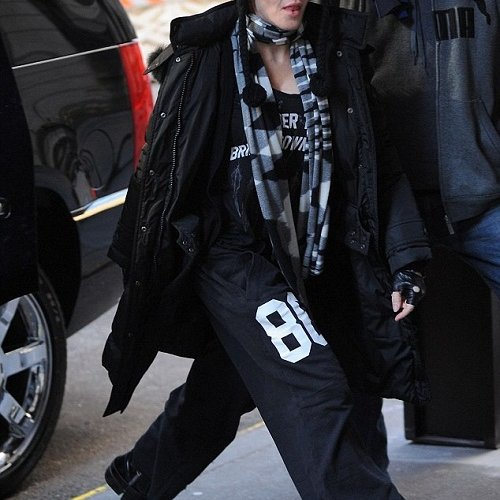 20130203-pictures-madonna-out-and-about-kabbalah-new-york-02