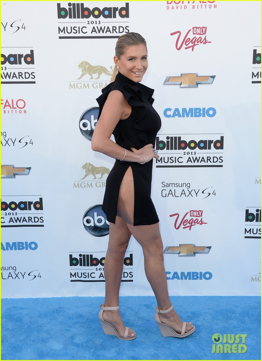 kesha-waist-high-slit-in-dress-at-billboard-music-awards-2013-03