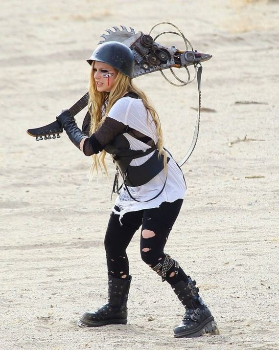 01-Avril-Lavigne---filming-her-video-Rock-N-Roll-in