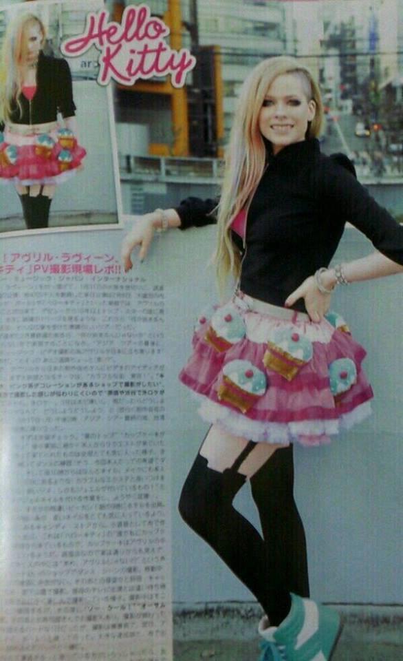 Avril Lavigne Hello Kitty (1)