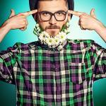 28260060-funny-giovane-uomo-con-la-barba-di-fiori-che-indossa-elegante-bombetta-e-occhiali