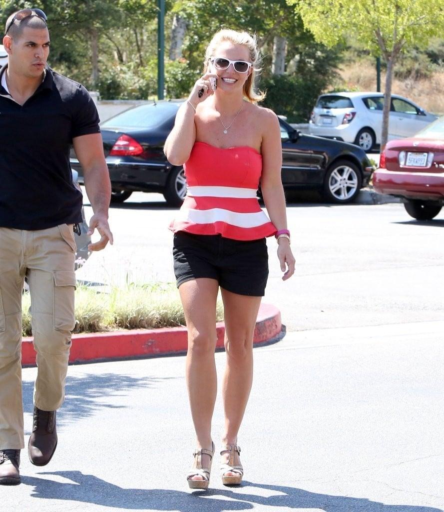 Britney-Spears-getting-her-Starbucks-4