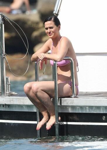Katy-Perry-Pink-Bikini-Sydney-Harbour-23-11-2014-041-366x512