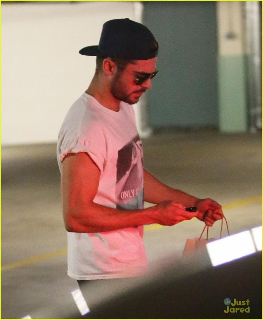 zac-efron-should-always-roll-up-his-shirt-sleeves-like-this-18