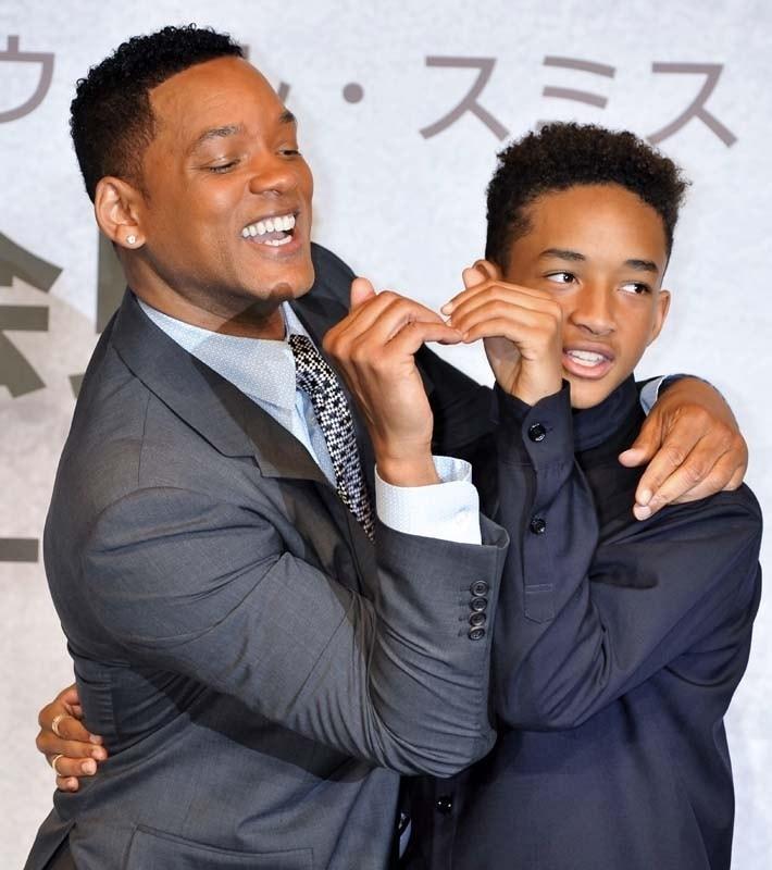 Will-Smith-et-son-fils-Jaden-Smith-a-la-conference-de-presse-de-leur-film-After-Earth-au-Ritz-Carlton-de-Tokyo-au-Japon-le-2-mai-2013_portrait_w858