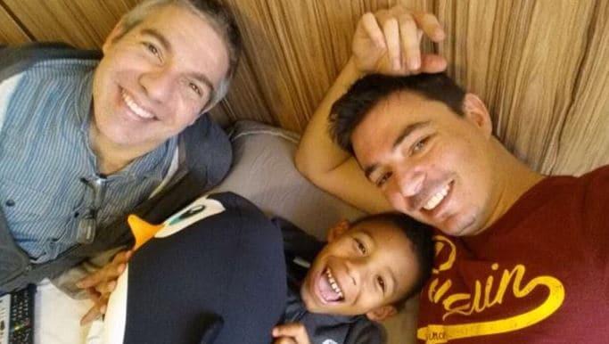 coppia gay adotta figlio
