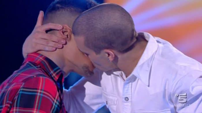 gabriele-bacio-gay-amici-hot