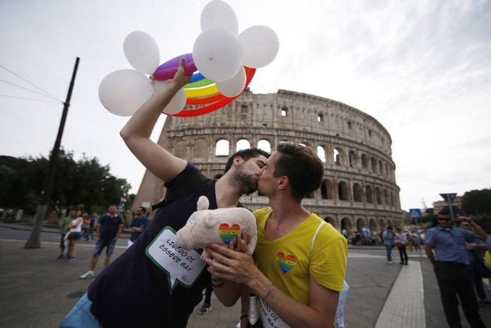 -ragazzi-gay-si-baciano-roma-pride