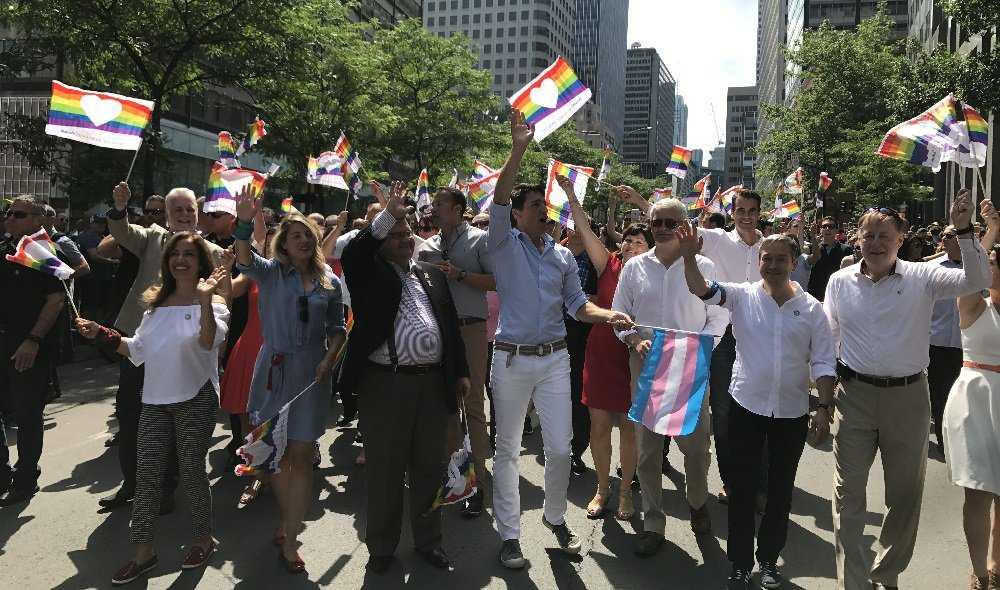 Justin Trudeau sfila al Gay Pride con il primo ministro irlandese e suo marito 3
