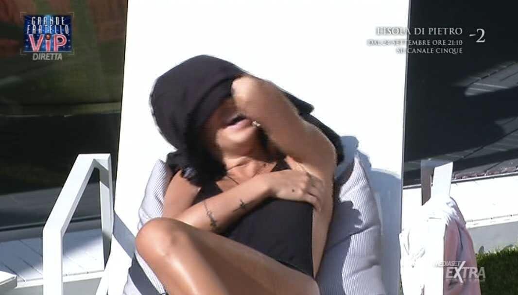 Giulia De Lellis esce di seno al Grande Fratello Vip