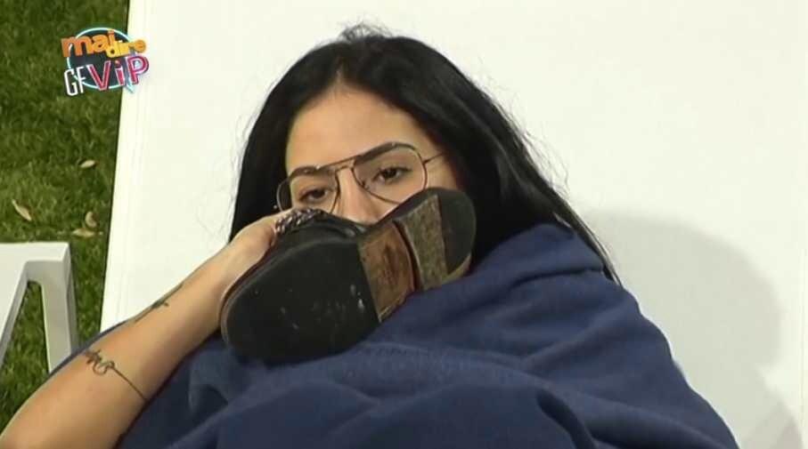 Giulia De Lellis annusa ciabatte puzzolenti