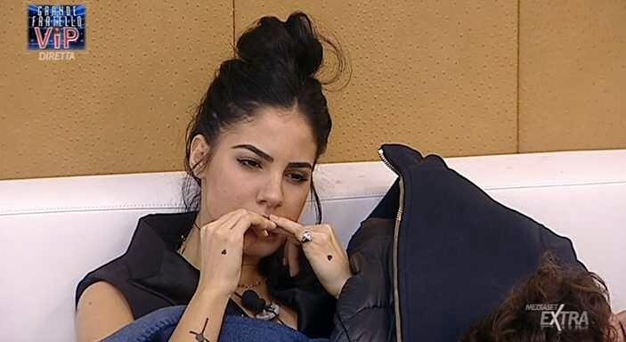 Giulia De Lellis mangia unghie grande fratello vip