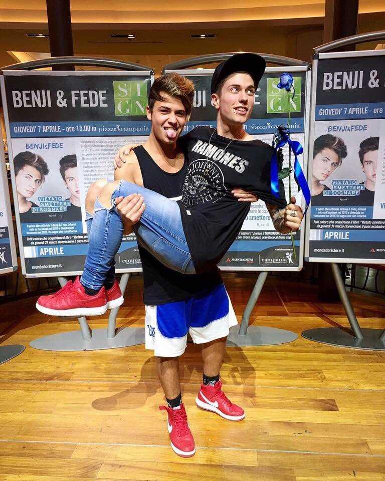 Benji e Fede in braccio
