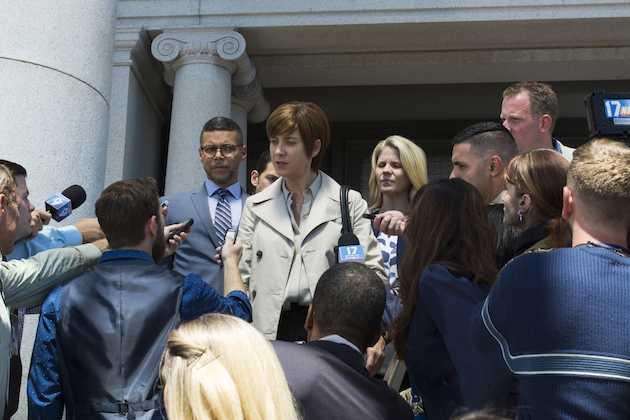 La mamma di Hannah Baker fuori il tribunale