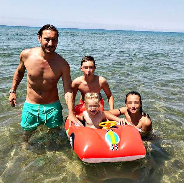 Francesco Totti Al Mare Con I Figli