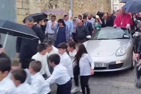 padre arcivescovo malta processione porsche