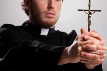 esorcismo prete gay uomini maschi