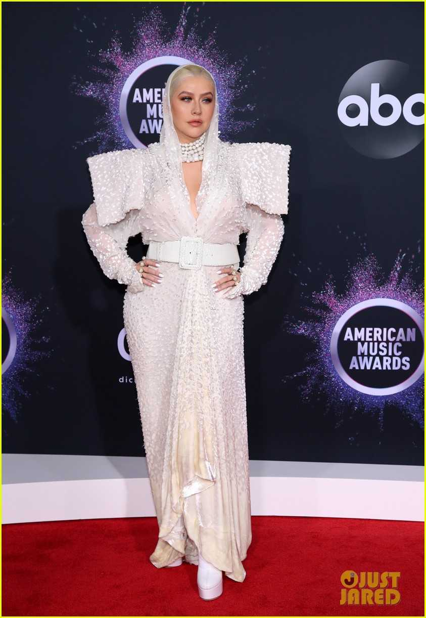 christina-aguilera-wows-in-hooded-outfit-for-amas-03