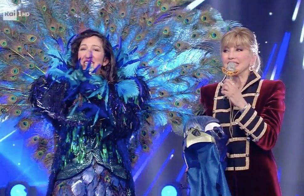 Il Cantante Mascherato: Pavone è Emanuela Aureli che si smas
