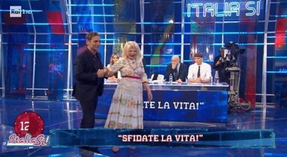 Sandra Milo cade per terra: ecco cosa è successo a Italia Sì