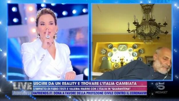 Paolo Brosio si addormenta in collegamento a Live Non è la d'Urso