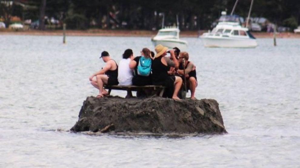 ragazzi-bevono-su isola-artificiale