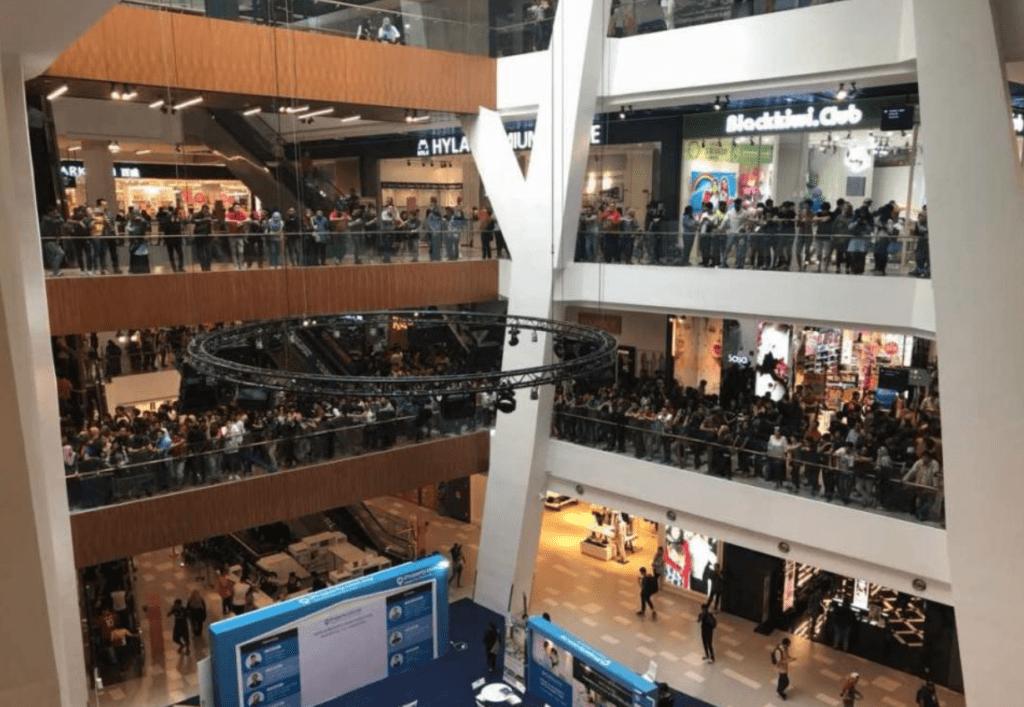 La fila di migliaia di persone per i piani del centro commerciale