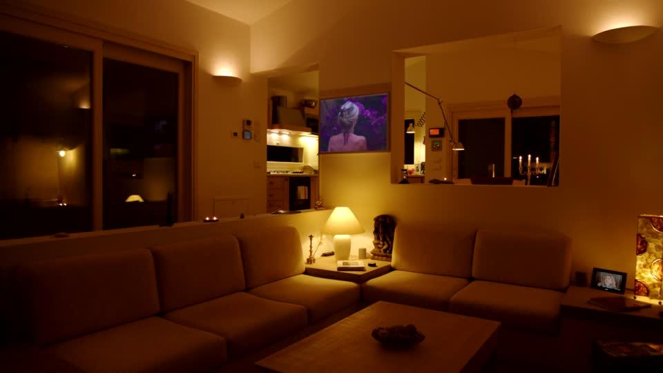 divano la sera davanti alla tv