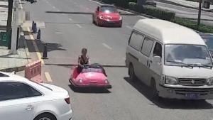 macchina da scontro, autostrada, donna, polizia