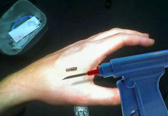 microchip sotto pelle RFID chip svezia impianto impiantare commenti memorabili impianto mano inserire