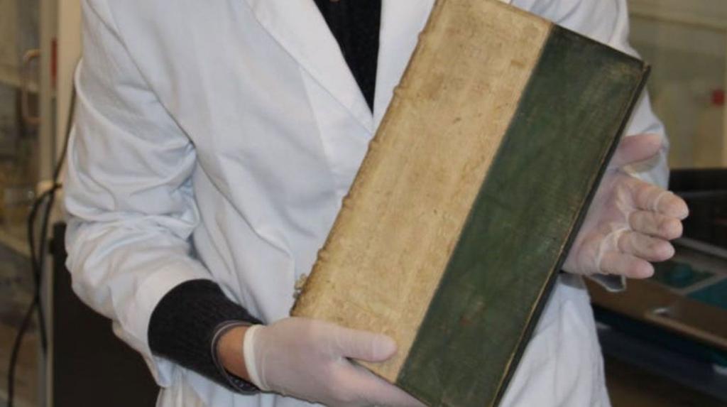 i libri dalle copertine ricoperte di arsenico
