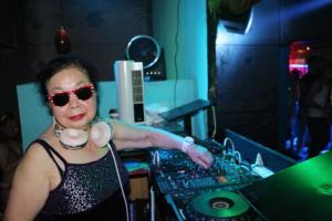 La deejay più vecchia del mondo alla consolle