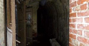 Il volto dello Zio Fester nel bunker