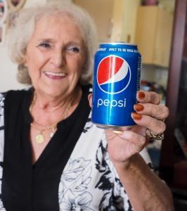 Jackie Page con una lattina di Pepsi