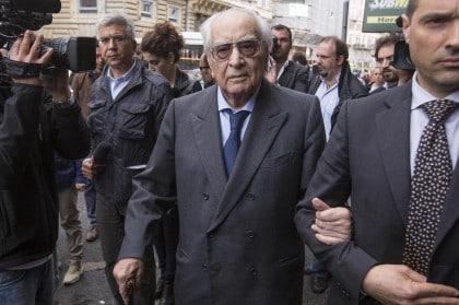 Giornalisti e personalità politiche davanti casa di Giulio Andreotti