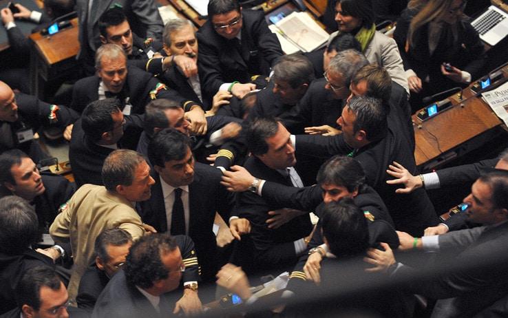 Le scene pi vergognose del parlamento italiano di sempre for Elenco deputati italiani