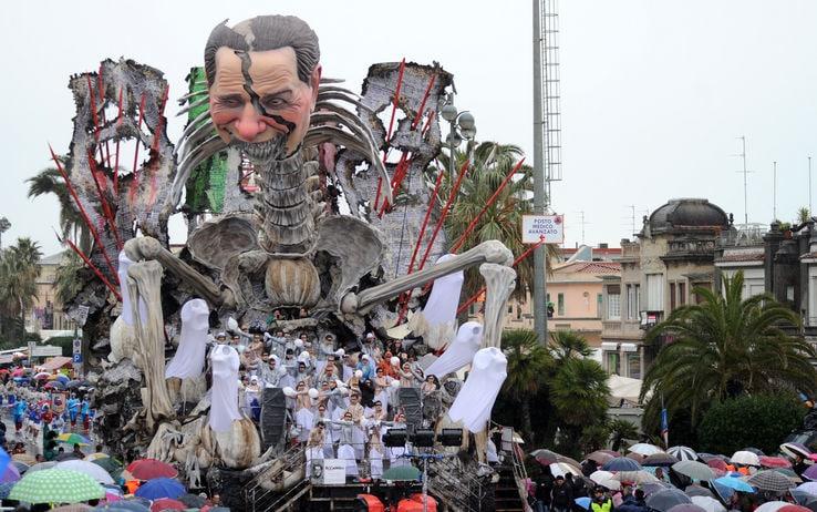 Il carro con Berlusconi impiccato a Viareggio