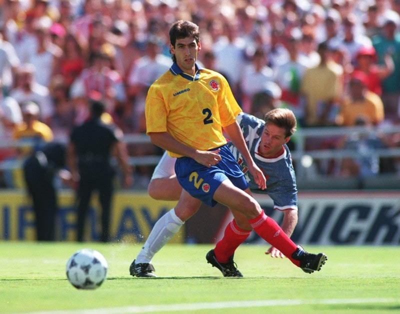 22 JUN 1994  ANDRES ESCOBAR  2 OF COLOMBIA IN ACTION SHIELDS THE BALL FROM  ERIC WYNALDA OF THE USA DURING THE 1994 WORLD CUP MATCH AT THE ROSE BOWL IN  ... 89e40638b
