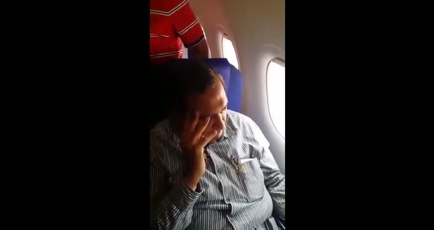 La donna indiana che filma ed insulta l'uomo che l'ha molestata in aereo