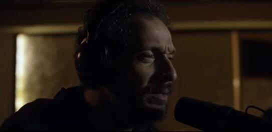 Claudio santamaria canta lo chiamavano jeeg robot