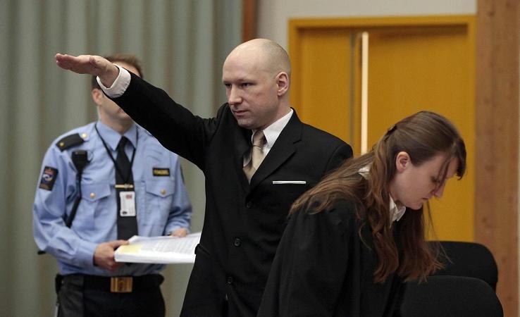 Anders Breivik fa il saluto nazista